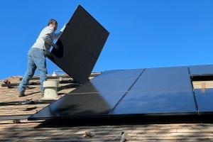 Geen btw voor particulieren die zonnestroom doorverkopen
